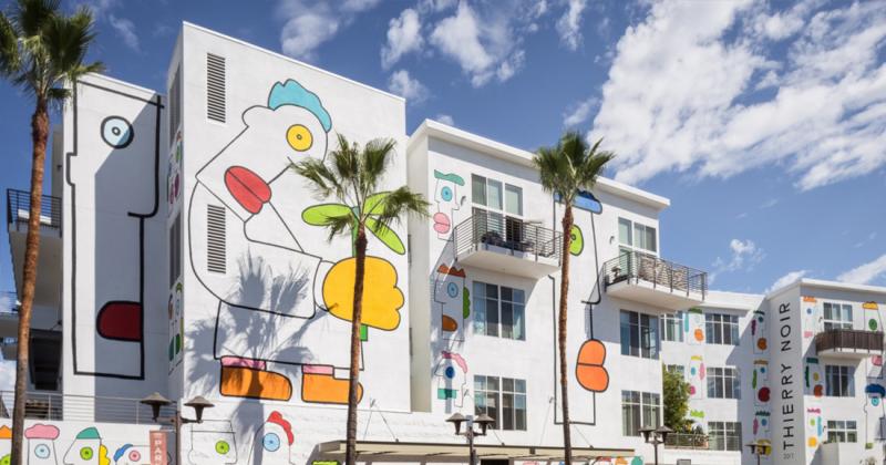 Nghệ sỹ vẽ tường nổi danh xứ Berlin - Thierry Noir và bức tranh tường ở Đại lộ Tự do