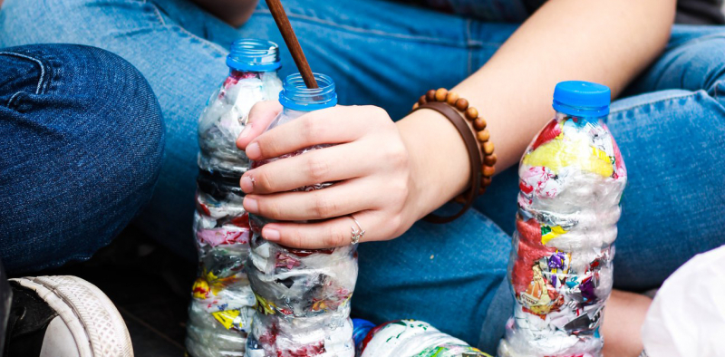 Bạn trẻ Hà Nội hướng dẫn cách làm gạch sinh thái từ rác nhựa