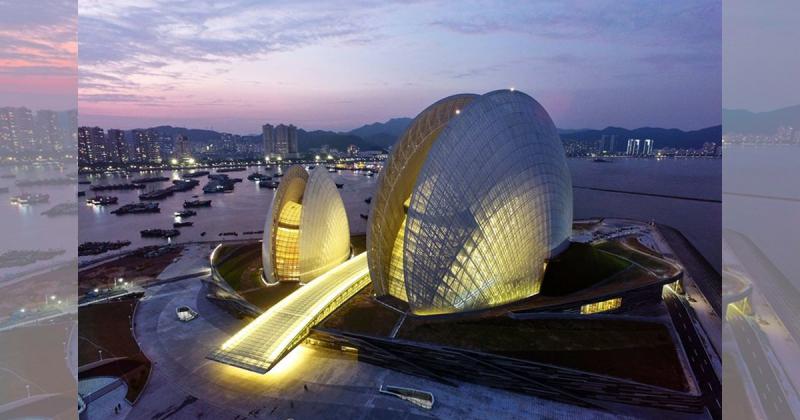 Nhà hát ở Trung Quốc lấy cảm hứng từ vỏ sò điệp mất 8 năm để xây dựng