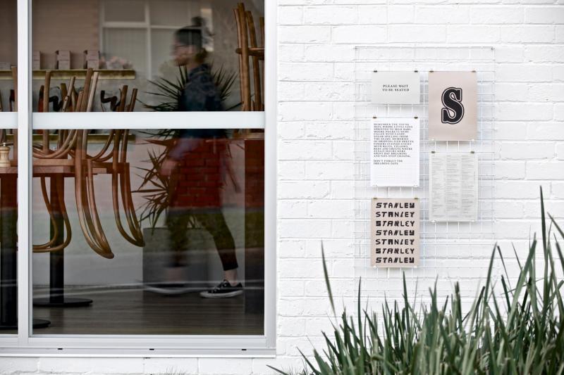 Bộ nhận diện với tông màu trầm ấm của tiệm cà phê Stanley Mount Waverley