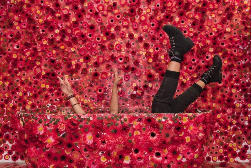 Yayoi Kusama và nỗi ám ảnh những bông hoa đỏ