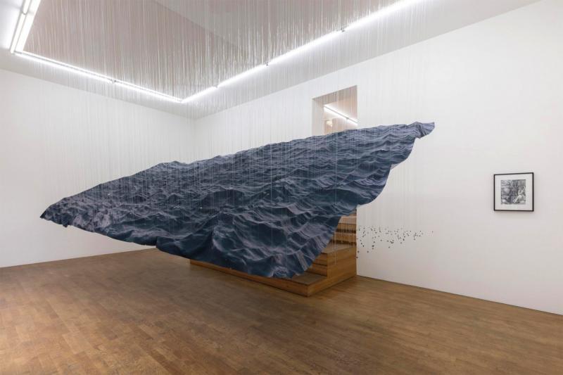 Tác phẩm sắp đặt: Những con sóng đại dương bằng vải