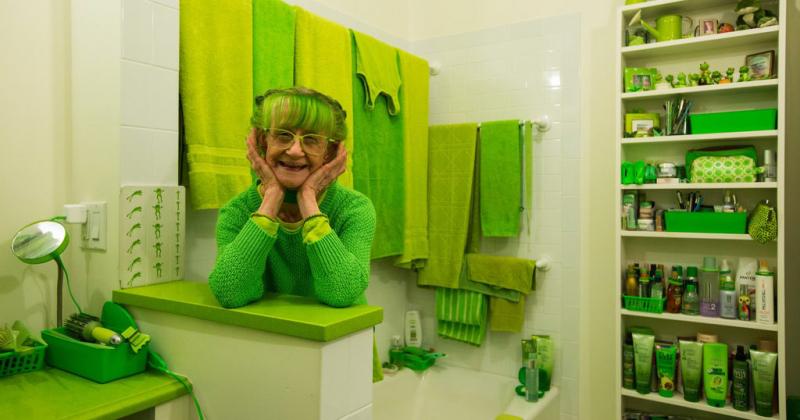 Bà cụ 20 năm mặc đồ xanh lá lan tỏa niềm vui giữa New York