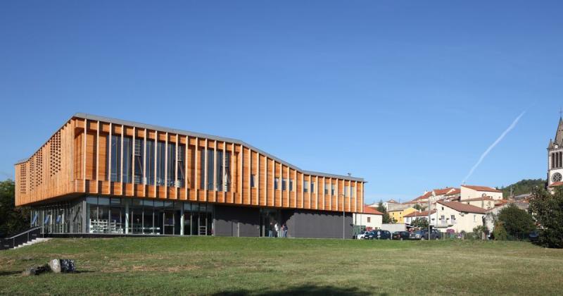 Thư viện Aimé Césaire nằm giữa vùng đồi núi thơ mộng nước Pháp