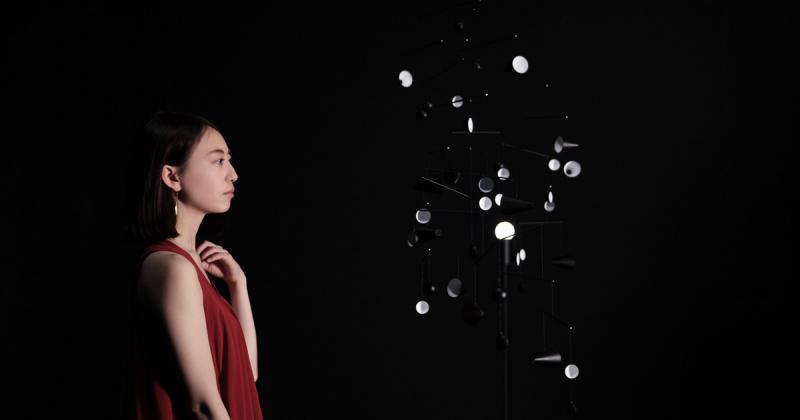 Chiếc đèn cấu tạo từ vô vàn các mảnh gương lấy cảm hứng từ Mặt Trăng