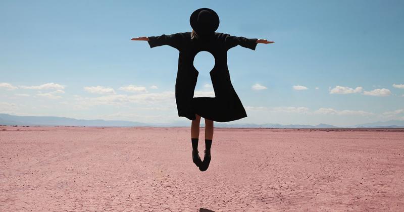 Nghệ sĩ của tuần: Petecia Le Fawnhawk mang đến biểu tượng siêu thực giữa sa mạc hoang vắng