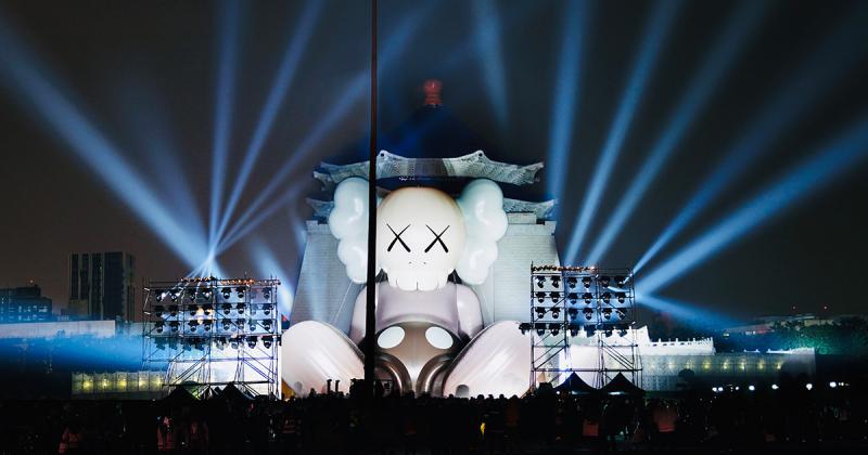 Hành trình du lịch của bức tượng khổng lồ KAWS dừng chân tại Đài Loan