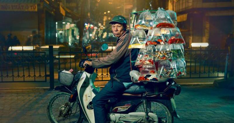 Hà Nội của những chiếc xe máy siêu tải thần kì qua con mắt nhiếp ảnh gia người Anh