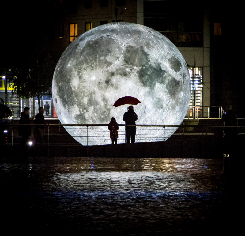 The Museum of the Moon: Bản sao chuẩn xác của mặt trăng đi tour vòng quanh thế giới