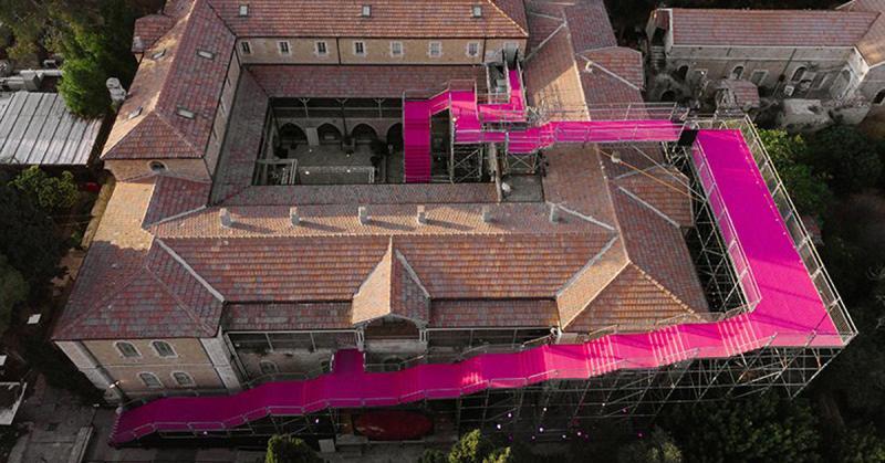 '90 degrees': Dạo quanh trên những bậc thang màu hồng tại Tuần lễ thiết kế Jerusalem
