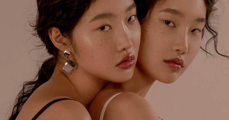 Vẻ nữ tính đương đại của cặp song sinh qua ống kính của Hea Lin Kwon