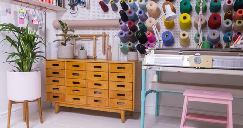 Thăm thú studio thêu DIY gọn gàng và tiện dụng của Jessica Dance