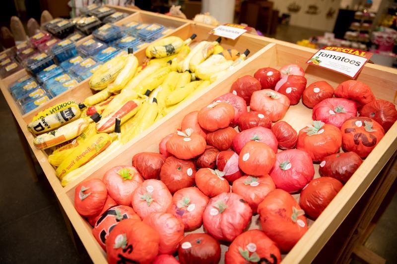 Bất ngờ khi cà chua, xúc xích, sushi, đùi gà bằng túi nhựa xuất hiện tại New York