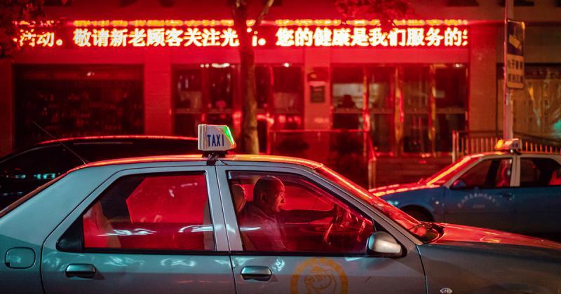 Đời sống bước ra từ bóng tối ở các thành phố Trung Quốc qua góc máy của Alessandro Zanoni