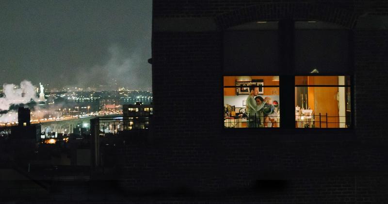 Phim ngắn The Neighbors' Window: Cỏ có luôn xanh hơn ở phía bên kia ngọn đồi?