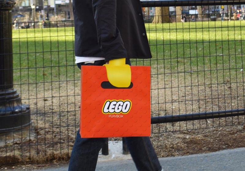 Chiếc túi mua sắm đặc biệt này biến bàn tay người thành một chiếc 'móng vuốt' LEGO