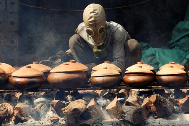 Đeo mặt nạ phòng độc để kho cá dịp Tết - Làng 'Vũ Đại' lên báo nước ngoài khiến nhiều người nhầm tưởng