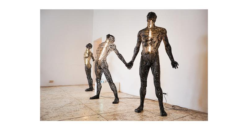 Các tác phẩm điêu khắc đậm chất vị lai tiết lộ phần 'ánh sáng ẩn chứa bên trong' cơ thể và linh hồn