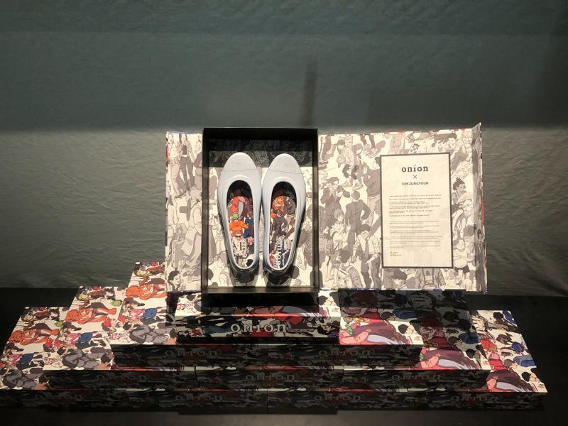Đôi giày bệt trang trí bằng bức tranh về Seoul nửa cổ nửa kim của Kim Jung Youn